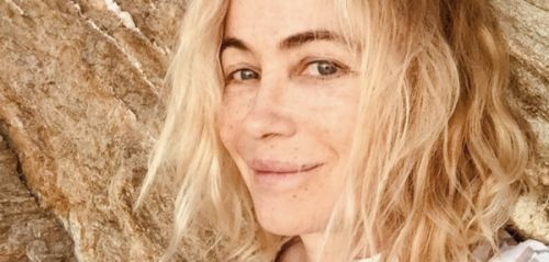 PHOTO. Emmanuelle Béart sans maquillage : la star s'affiche tout sourire, au naturel