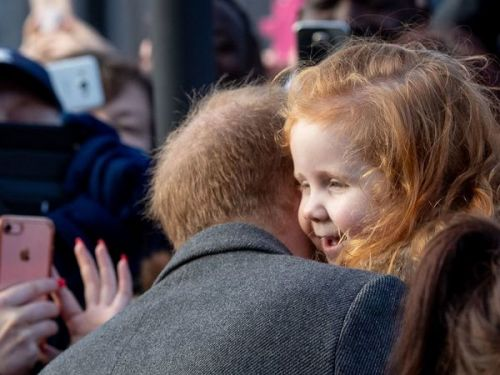 VIDEO. So cute : le prince Harry fait un câlin à une petite fille rousse par solidarité GingersUnite