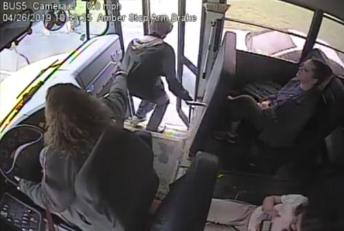 VIDEO. Une conductrice de bus sauve un adolescent in extremis