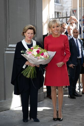 PHOTOS - Brigitte Macron:  son look ultra-chic en petite robe rouge