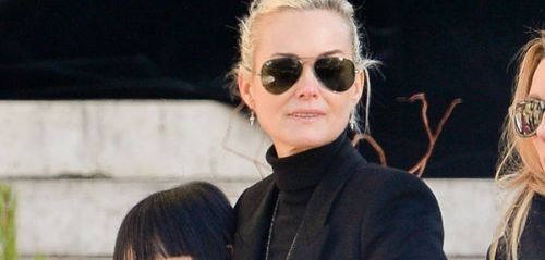 PHOTO. Laeticia Hallyday se recueille sur la tombe de Johnny, Yaël Abrot immortalise l'instant