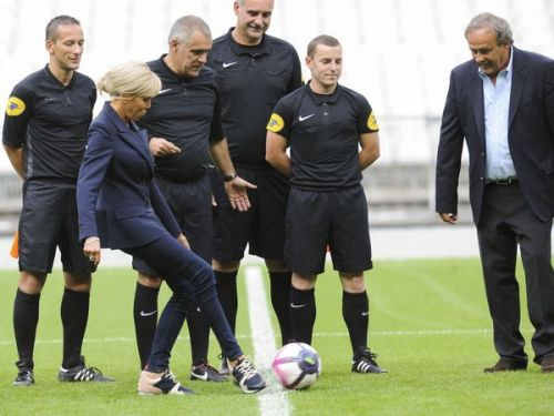 PHOTOS. Brigitte Macron donne le coup d'envoi d'un match de foot caritatif. en baskets Louis Vuitton