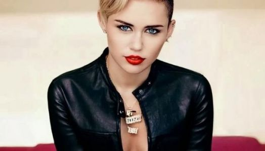 Miley Cyrus juré de The Voice US, elle dévoile sa routine maquillage