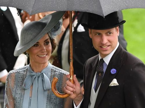 PHOTOS. Un vrai gentleman ! Quand le prince William protège Kate Middleton de la pluie pendant le Royal Ascot