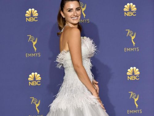 Scarlett Johansson, Penélope Cruz, Gwendoline Christie. Les robes et looks les plus mémorables des Emmy Awards 2018
