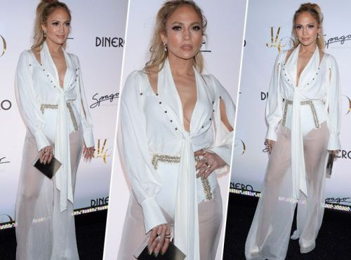 Jennifer Lopez:  Pantalon transparent, chemisier en soie. Qui valide son total look blanc ?